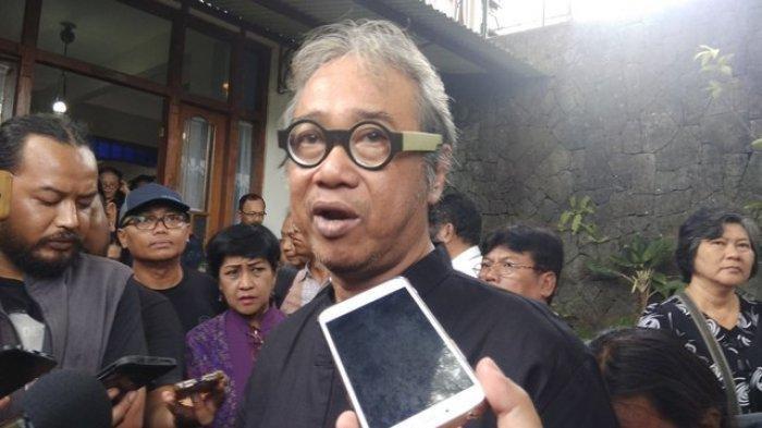 Kakak Kandung Djaduk Ferianto, Butet Kartaredjasa, saat memberikan keterangan kepada awak media di rumah duka, di Kasihan, Bantul, Rabu (13/11/2019)