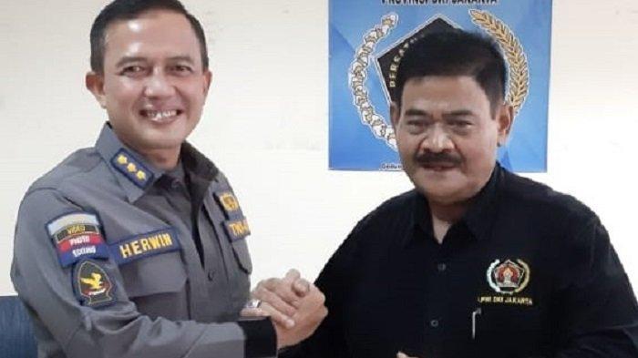 Sekretaris II PWI Jaya Cak Herry SL (kanan) dan Kapendam Jaya Kolonel Arh Herwin Budi Saputra (kiri), saat kujungan di Markas PWI Jaya, Kamis (6/05/2021)