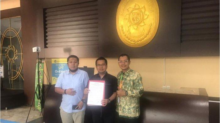 Pengacara asal Surabaya, Muhammad Sholeh (tengah) mengajukan gugatan aturan kewajiban rapid test bagi calon penumpang transportasi umum kembali ke Mahkamah Agung (MA), Selasa (30/6/2020). Aturan tersebut tercantum pada Surat Edaran Gugus Tugas Percepatan Penanganan Covid-19 Nomor 9 Tahun 2020.