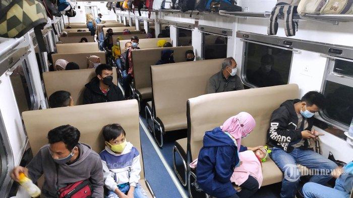 H-1 Jelang Larangan Mudik Lebaran 2021 - Sejumlah pemudik bersiap naik kereta api Kutojaya Selatan tujuan Kutoarjo dan Kahuripan tujuan Blitar yang akan berangkat pukul 22.05 dan 23.10 WIB, di Stasiun Kiaracondong, Kota Bandung, Jawa Barat, Selasa (5/5/2021). Pada H-1 jelang larangan mudik Lebaran 2021 terhitung 6 Mei 2021, jumlah penumpang menuju ke arah Jawa Tengah dan Jawa Timur di Stasiun Kiaracondong mengalami peningkatan dari hari sebelumnya sebanyak 1.100 penumpang meningkat menjadi 1.213 penumpang dengan keberangkatan menggunakan KA Kahuripan, Kutojaya Selatan, Turangga, Malabar, Argowilis, dan Mutiara. Para pemudik tersebut dipastikan telah mengikuti tes GeNose C19 dan dinyatakan non reaktif Covid-19, tetap menggunakan masker dan menerapkan protokol kesehatan. (TRIBUN JABAR/GANI KURNIAWAN)