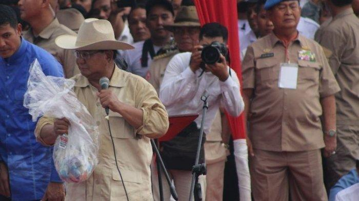 Kampanye di Palembang, Prabowo Pamerkan Uang Sumbangan dari Pendukungnya