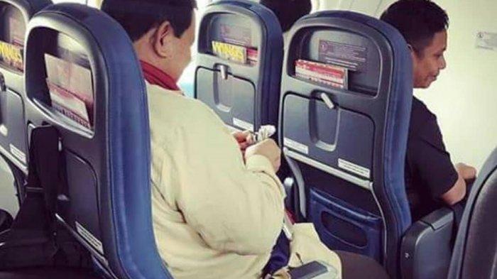 Calon Presiden Prabowo Subianto dalam sebuah penerbangan didampingi ajudannya, Dhani Wirianata