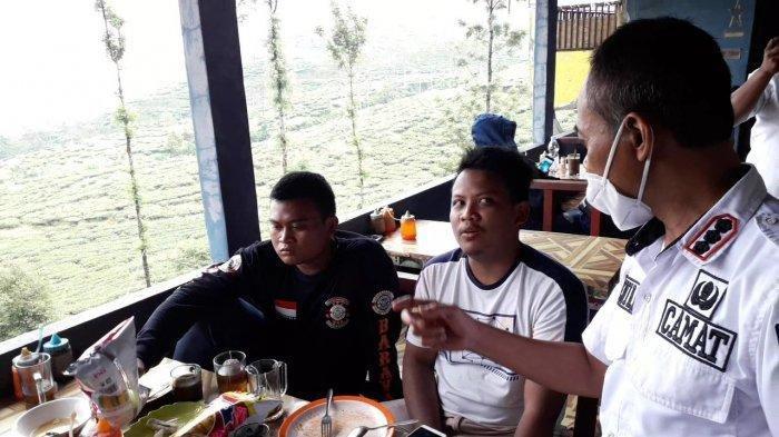 Camat Cisarua Deni Humaedi berbincang dengan wisatawan saat melakukan sidak ke warung di Jalan Raya Puncak, Kecamatan Cisarua, Kabupaten Bogor yang viral karena harga mie rebus yang tak wajar, Rabu (2/7/2021).