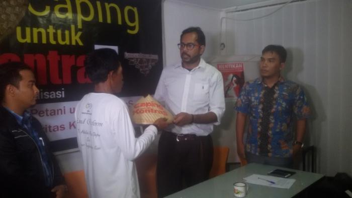 Haris Azhar Dapat Caping Perlawanan dari Petani