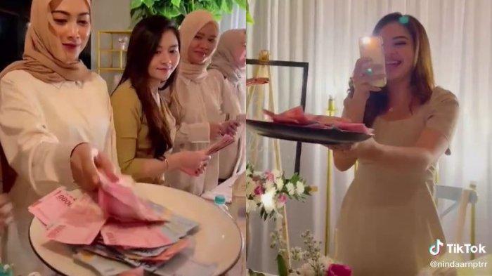 Capture TikTok @nindaarnptrr - Viral video arisan ulang tahun dengan kado uang Rp 1 juta.