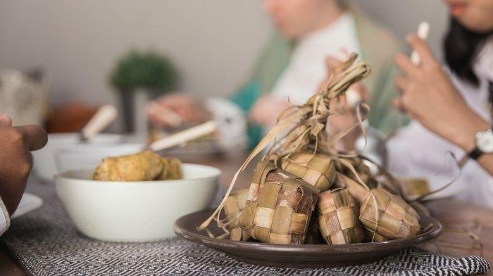 Cara menurunkan kadar kolesterol tinggi saat makan Lebaran.
