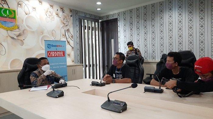 Bupati Bekasi Eka Supria Atmaja sedang berdiskusi dengan tim Tribunnews dan Cardinal di sela-sela penyerahan bantuan 2.000 masker kain non medis di Kantor Pemkab Bekasi, Jumat (8/5/2020)