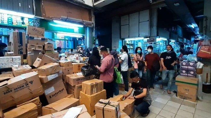 Warga dan Pengelola RS Berburu Tabung Oksigen di Pasar Pramuka