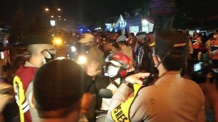 Carliana (berhelm merah) saat dihentikan petugas di penyekatan di Karawang, Selasa (11/5/2021) dini hari.