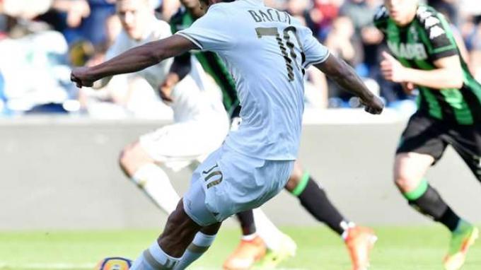 Tendangan penalti Carlos Bacca yang memicu protes pemain Sassuolo.