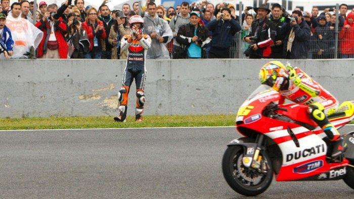 Casey Stoner memberikan tepuk tangan kepada Valentino Rossi usai keduanya terlibat insiden saat balapan MotoGP Spanyol di Sirkuit Jerez, Spanyol, pada tahun 2011.