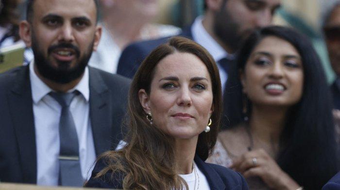 Catherine, Duchess of Cambridge dari Inggris duduk di royal box sebelum Ons Jabeur dari Tunisia dan Garbine Muguruza dari Spanyol memainkan pertandingan putaran ketiga tunggal putri mereka pada hari kelima Kejuaraan Wimbledon 2021 di The All England Tennis Club di Wimbledon, London barat daya, pada 2 Juli 2021.