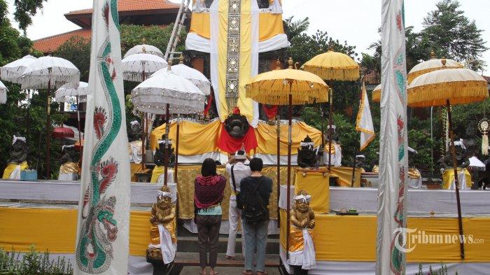 NYEPI-Umat Hindu  sedang beraktifitas Nyepi di Pure Aditia Jaya, Rawamangun,Jakarta Timur, Kamis, (6/3). Selama 24 jam mereka mengasingkan diri kegiatan sehari-hari untuk mendekatkan diri kepada Sang Maha Kuasa. (Warta Kota/Henry Lopulalan)