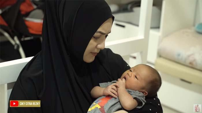Citra Kirana Ungkap Pengalamannya Ajak sang Bayi Naik Pesawat Terbang untuk Pertama Kali