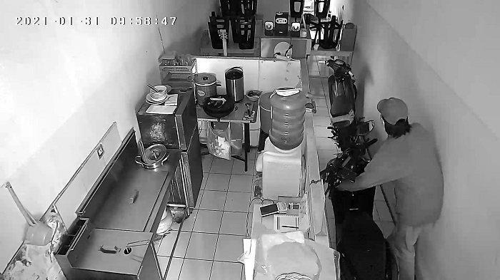 Kedai Ayam Pak Gembung di Pondok Ranji Kemalingan, Aksi Pelaku Terekam CCTV