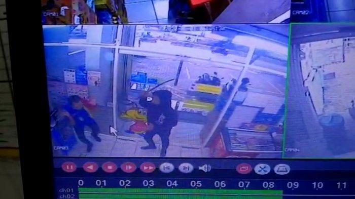 Dua pelaku perampokan beraksi di minimarket kawasan Pondok Indah, Kebayoran Lama, Jakarta Selatan yang terekam CCTV