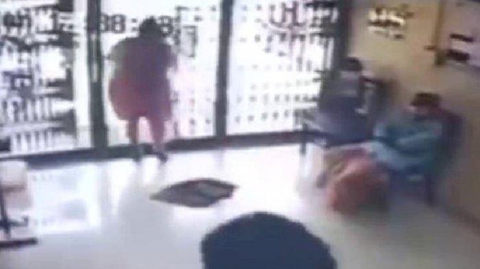 Detik-detik Seorang Ibu Tewas Setelah Menabrak Pintu Kaca Kantor Bank