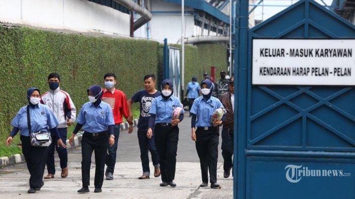 Sejumlah buruh mengenakan masker saat pulang kerja di salah satu pabrik di kawasan Dayeuhkolot, Kabupaten Bandung, Jawa Barat, Rabu (29/4/2020). Langkah tersebut dalam rangka pencegahan penularan virus corona (Covid-19) di lingkungan pabrik. Tribun Jabar/Gani Kurniawan