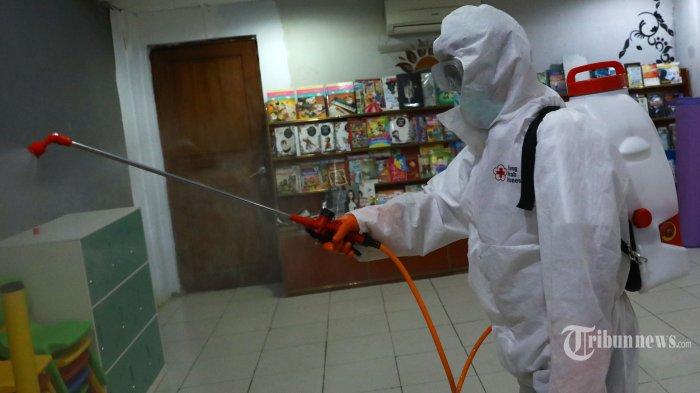 Petugas dari Palang Merah Indonesia (PMI) menyemprotkan cairan disinfektan di Gereja GBI Altar Filadelfia, Jakarta Pusat, Senin (16/3/2020). Penyemprotan disinfektan tersebut untuk mencegah penyebaran virus corona atau Covid-19. Tribunnews/Irwan Rismawan