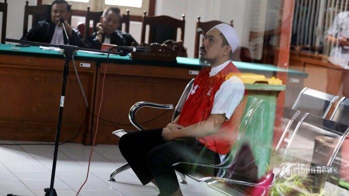 CEO Abu Tours Hamzah Mamba mengikuti sidang untuk mendengarkan putusan Majelis Hakim di Pengadilan Negeri Makassar, Sulsel, Senin (28/01/2019). Hamzah Mamba divonis 20 tahun penjara dengan denda Rp 500 juta karena dinilai terbukti melakukan penggelapan dan pencucian uang milik calon jamaah Umrah Abu Tours senilai Rp 1,2 triliun. TRIBUN TIMUR/SANOVRA JR