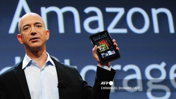 CEO Amazon Jeff Bezos memperkenalkan tablet Kindle Fire baru di New York, pada 28 September 2011.