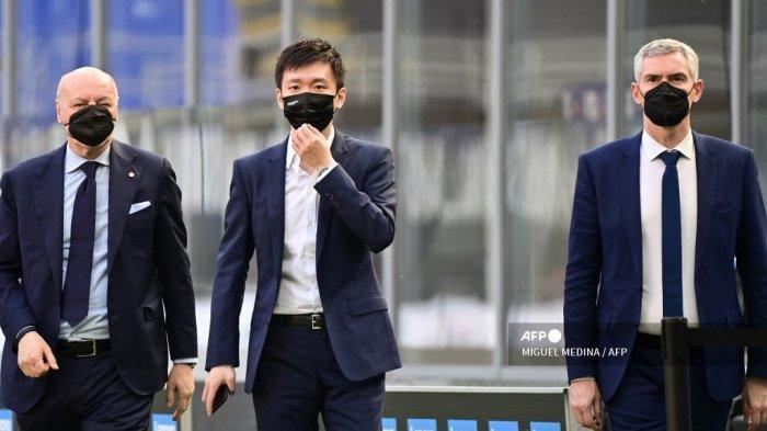 CEO Inter Milan Giuseppe Marotta, Presiden Inter Steven Zhang dan Manajer Delegasi Inter Alessandro Antonello menghadiri pertandingan sepak bola Serie A Inter Milan vs Sampdoria pada 08 Mei 2021 di stadion San Siro di Milan. Inter memastikan 'Scudetto' untuk ke-19 kalinya setelah rival terdekatnya Atalanta ditahan imbang 1-1 di Sassuolo pada 02 Mei 2021 lalu. MIGUEL MEDINA / AFP