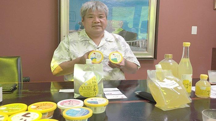 CEO Kochi Ice Co.Ltd., Fumiya Hamamachi dengan dua es krim halal, satu sorbet (kiri) satu es krim (kanan). Sertifikat halal dari Asosiasi Halal Nippon Asia