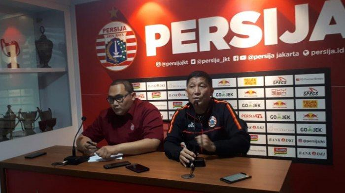 CEO Persija Jakarta Ferry Paulus ditemai MO Peraiha Dwi Putra dalam konferensi pers terkait laga final leg kedua Piala Indonesia 2019 di Kantor Persija, Kuningan, Jakarta, Selasa (30/7/2019).