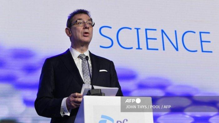CEO Pfizer Albert Bourla berbicara selama konferensi pers dengan Presiden Komisi Eropa di Puurs, pada 23 April 2021.