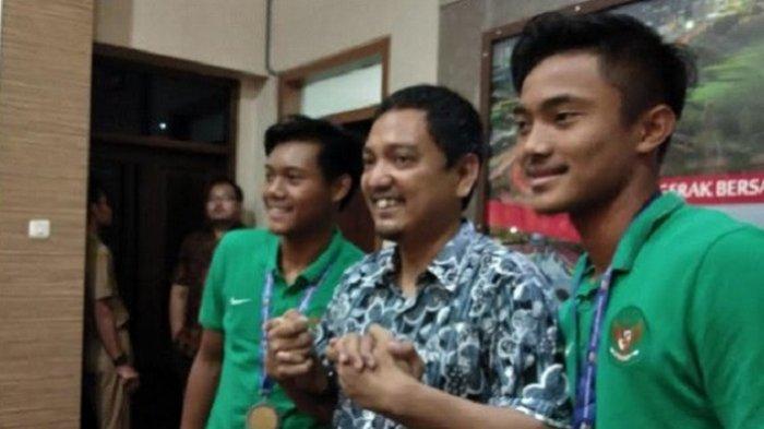 CEO PSIS Semarang, Yoyok Sukawi (tengah) bersama Pemain Timnas U-16 Indonesia, Ernando Ari Sutaryadi (kanan) dan Kartika Vedhayanto (kiri).