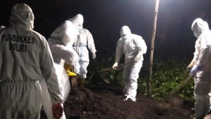 Cerita Dibalik Foto Petugas Kuburkan Jenazah Covid-19 saat Tengah Malam, Semua Demi Keluarga Korban