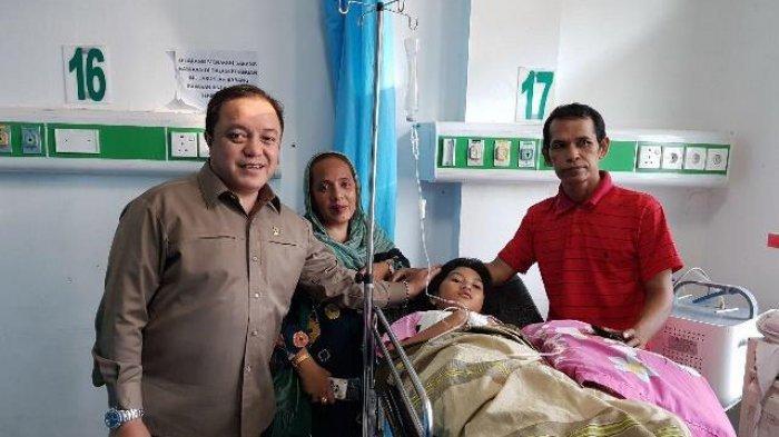 Anggota DPRD Kalimantan Selatanm HM Rosehan NB bersama Sari saat menjenguk <a href='https://manado.tribunnews.com/tag/echa' title='Echa'>Echa</a> yang didampingi ayahnya, <a href='https://manado.tribunnews.com/tag/mulyadi' title='Mulyadi'>Mulyadi</a>.