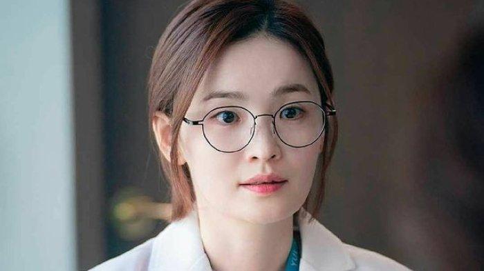 Chae Song-hwa sedang menegur seorang dokter.