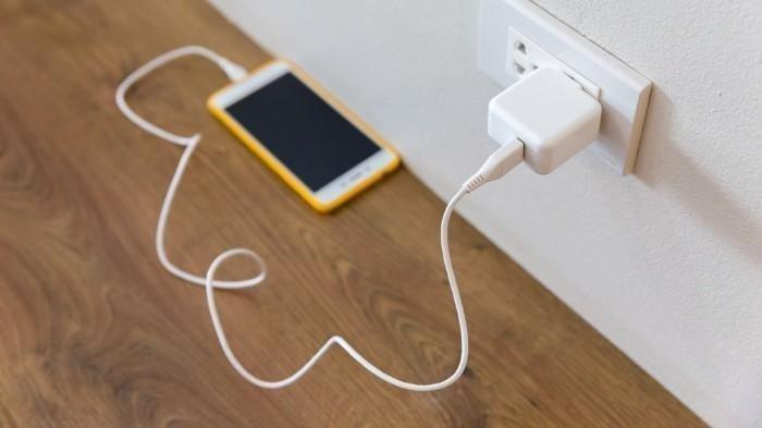 Bolehkah Charging Handphone Semalaman? Ini 5 Mitos tentang Pengisian Daya yang Harus Kamu Ketahui