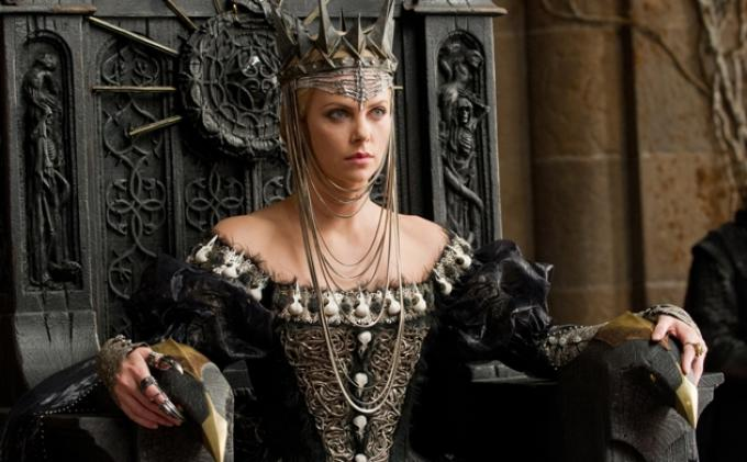 Charlize Theron berperan sebagai Ravenna, ratu jahat di Snow White and the Huntsman