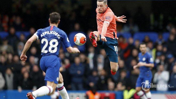 Pemain tengah Everton asal Islandia, Gylfi Sigurdsson (kanan) mengontrol bola dalam laga lanjutan Liga Inggris 2019/2020 antara Chelsea kontra Everton di Stadion Stamford Bridge, London, Inggris, Minggu (8/3/2020) malam WIB. Hasil akhir, tuan rumah The Blues menang empat gol tanpa balas. AFP/Adrian Dennis