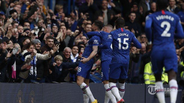 Striker Chelsea asal Prancis, Olivier Giroud (kiri) melakukan selebrasi bersama rekan-rekannya usai mencetak gol keempat bagi timnya dalam laga lanjutan Liga Inggris 2019/2020 antara Chelsea kontra Everton di Stadion Stamford Bridge, London, Inggris, Minggu (8/3/2020) malam WIB. Hasil akhir, tuan rumah The Blues menang empat gol tanpa balas. AFP/Adrian Dennis