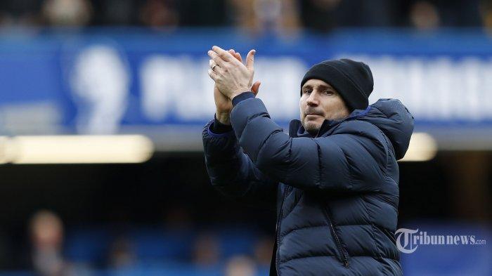 Pelatih kepala Chelsea asal Inggris, Frank Lampard bertepuk tangan di hadapan pendukung usai timnya memenangi laga lanjutan Liga Inggris 2019/2020 antara Chelsea kontra Everton di Stadion Stamford Bridge, London, Inggris, Minggu (8/3/2020) malam WIB. Hasil akhir, tuan rumah The Blues menang empat gol tanpa balas. AFP/Adrian Dennis