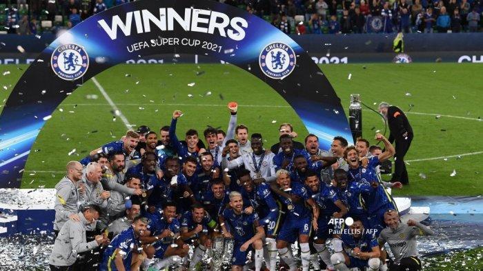 Para pemain dan staf Chelsea berpose dengan trofi selama upacara penyerahan setelah Chelsea memenangkan pertandingan sepak bola Piala Super UEFA antara Chelsea dan Villarreal di Windsor Park di Belfast pada 11 Agustus 2021.