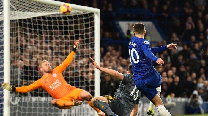 Pemain Chelsea, Eden Hazard (kanan) menendang bola ke arah gawang Leicester City namun hanya menerpa mistar gawang pada laga pekan ke-18 Liga Inggris di Stadion Stamford Bridge, London, Sabtu (22/12/2018) malam WIB.