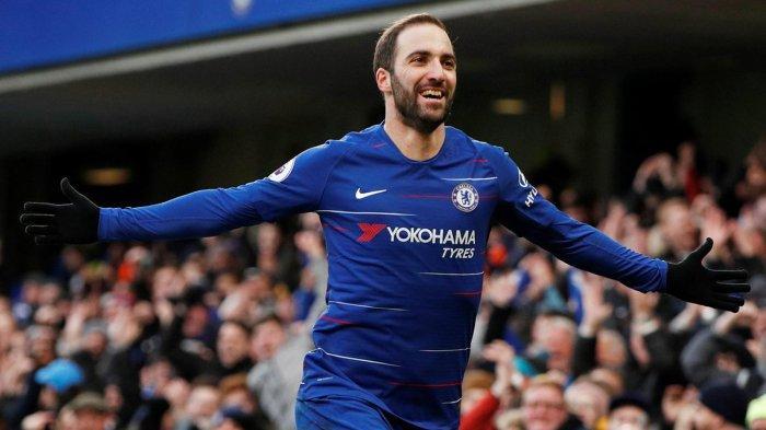 Striker Chelsea, Gonzalo Higuain merayakan gol pertamanya ke gawang Huddersfield Town dalam laga pekan ke-25 Liga Inggris di Stadion Stamford Bridge, London, Inggris, Sabtu (2/2/2019) malam WIB.