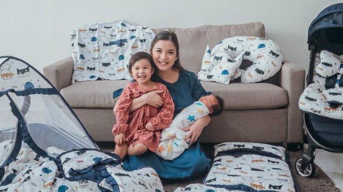 Chelsea Olivia dan kedua anaknya.