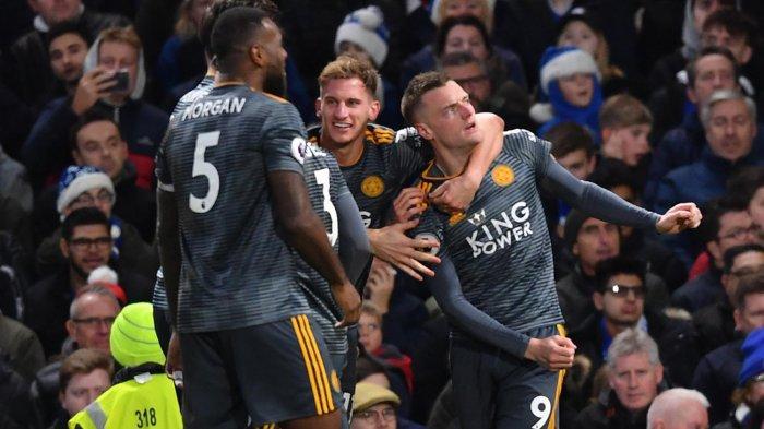 Pemain Leicester City merayakan gol Jamie Vardy (kanan) ke gawang Chelsea pada laga pekan ke-18 Liga Inggris di Stadion Stamford Bridge, London, Sabtu (22/12/2018) malam WIB.