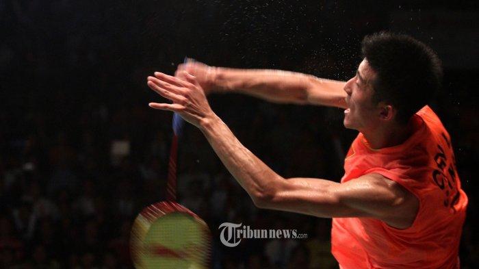 Pebulu tangkis tunggal putra Tiongkok Chen Long mengembalikan bola ke pebulu tangkis Malaysia Lee Chong Wei pada Kejuaraan Dunia Total BWF World Championship 2015 di Istora Senayan, Jakarta, Minggu (16/8/2015). Chen Long berhasil mempertahankan gelar juara dunia usai mengalahkan Lee Chong Wei dengan skor 21-14, dan 21-17. (TRIBUNNEWS/IRWAN RISMAWAN)
