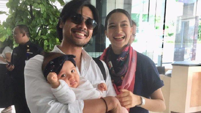 Chicco Jerikho dan Putri Marino bersama anak mereka Surinala Carolina Jarumilind di RS Bunda Menteng, Jakarta Pusat, Minggu (30/12/2018).