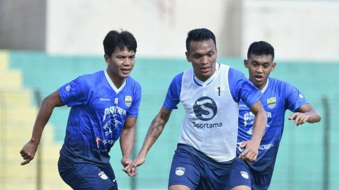 Dari kiri Achmad Jufriyanto, Ferdinand Sinaga dan Abdul Aziz saat mengikuti latihan bersama Persib Bandung.