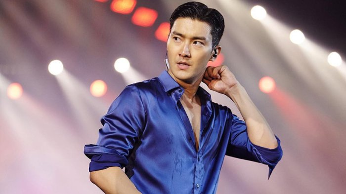 Tiba di Indonesia, Siwon Super Junior Bergaya Santai Sambil Makan Lolipop
