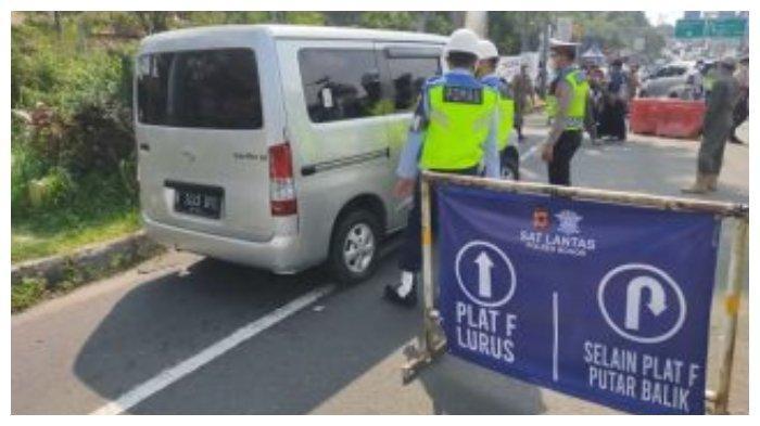 Polisi menutup sementara jalur Puncak menuju kawasan Cianjur, Jawa Barat guna mencegah kerumunan warga yang berwisata di kawasan tersebut selama libur lebaran, Minggu (16/5/2021).