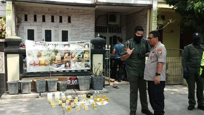 Suasana penggerebekan rumah terduga teroris di Jalan Belibis V, RT 13/RW 04, Kelurahan Semper Barat, Cilincing, Jakarta Utara, Senin (23/9/2019).