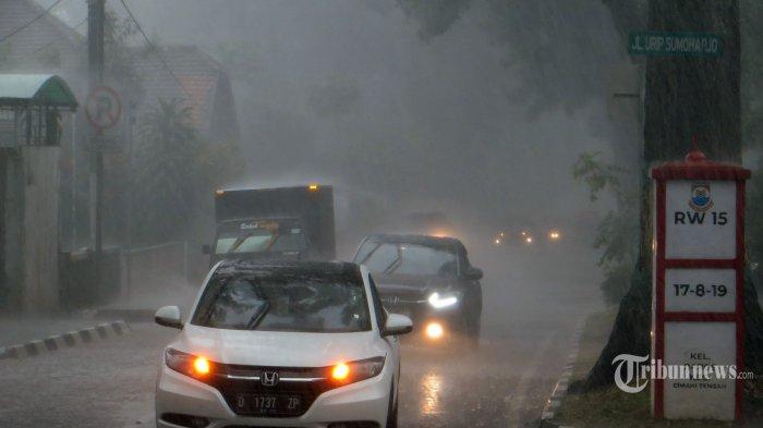 Hujan yang cukup deras turun diseputaran  Jalan Urip Sumohardjo, Kelurahan Baros, Kecamatan Cimahi Tengah, Kota Cimahi, Kamis (19/11/2020).